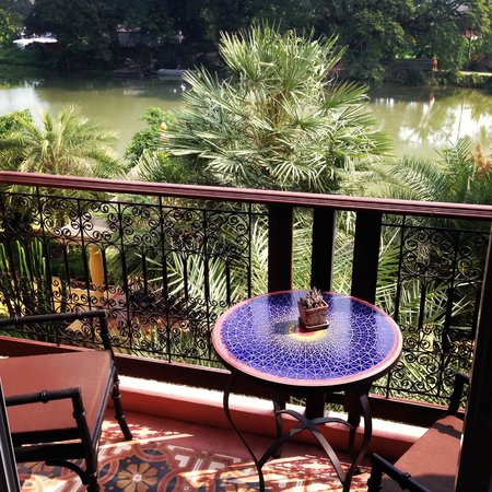 Sheik Istana Hotel: Balcony over the Ping