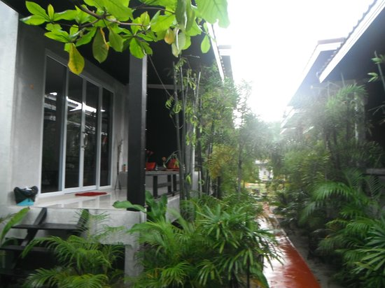 Phangan Cove Beach Resort and Restaurant : le jardin, dommage il pleut