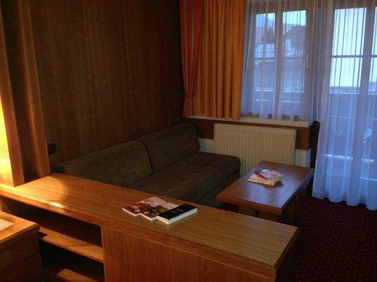 Hotel Orgler: Wohnbereich, alte Möbel