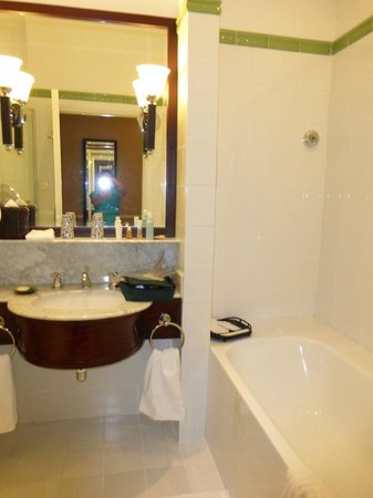 Raffles Hotel Le Royal: Beautiful bathroom