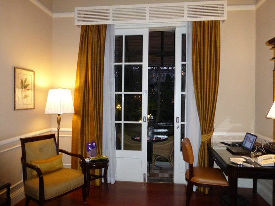 Raffles Hotel Le Royal : french doors in room