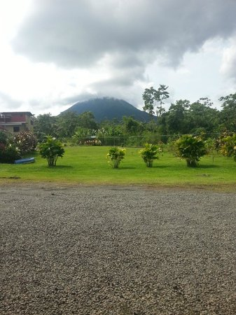 Hotel Sierra Arenal: View from the parking lot