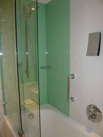 Holiday Inn London - Stratford City: shower