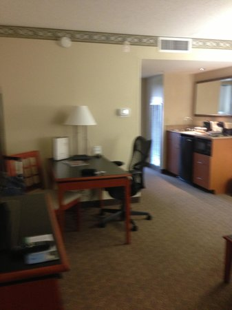 Embassy Suites by Hilton Louisville: Living 2