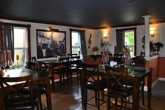 salle manger chaleureuse dans une maison ancestrale photo de bistro le 633 bromont. Black Bedroom Furniture Sets. Home Design Ideas