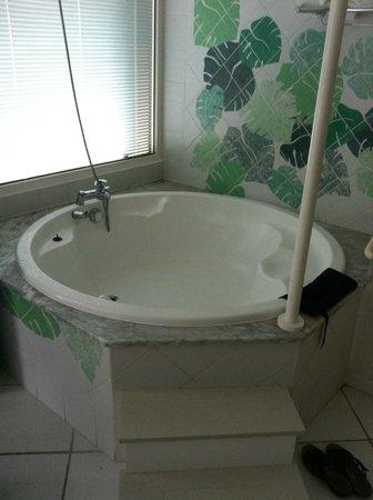 Le Domaine Beach Resort & Spa: baignoir au milieu de la chambre