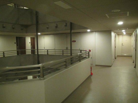 Dormy Inn Tokyo Hatchobori: 噂の中抜き廊下