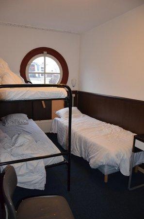 Marnix Hotel: La chambre, espace très réduits