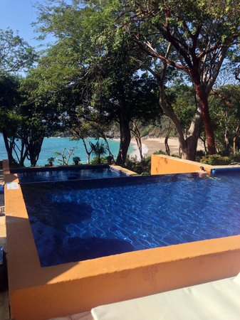 Las Brisas Ixtapa: Pool down to private beach