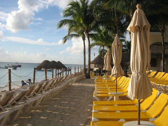 The Reef Coco Beach: View down the beach