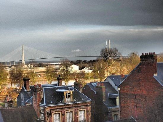 Musee Eugene Boudin: Vue sur le Pont de Normandie du musée