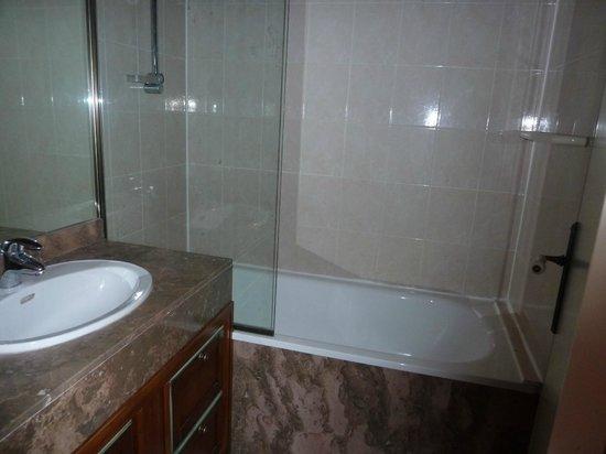 Residence Mer & Golf Sokoburu: sdb /WC , la porte ouverte cache la cuvette des WC!
