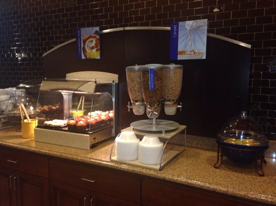 Holiday Inn Express Hotel & Suites Wilmington-Newark : Cinnamon rolls and cereal section