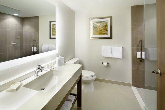 Courtyard Knoxville West/Bearden: Guest Bathroom