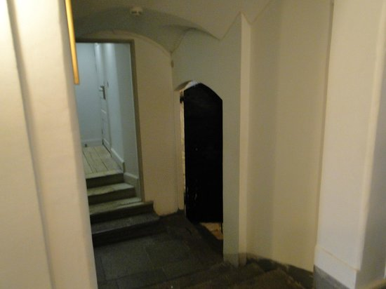 Hotel Hellstens Malmgard : Acesso a Sala de Café da Manhã