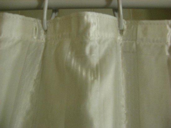 Campanile Krakow: Грязная тряпка вместо пластиковой занавески
