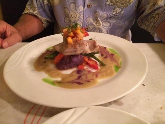 Jackie Rey's Ohana Grill : tuna and mahimahi, beautiful presentation!
