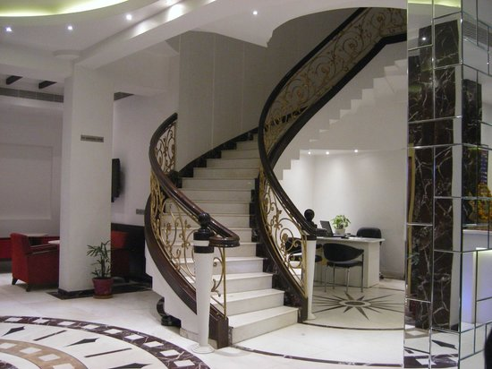 Grand Godwin Hotel: lobby stairs