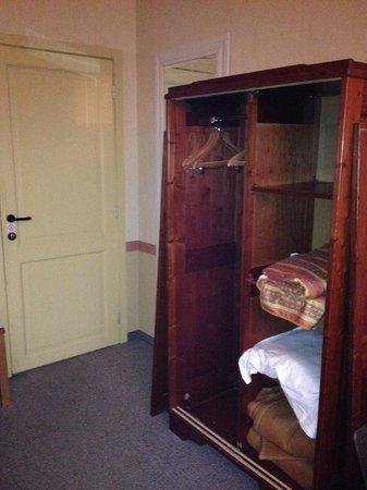 Poortackere Monasterium Hotel: kapotte kast