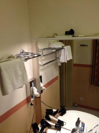 Poortackere Monasterium Hotel: betrekkelijke electro in een kamer waar men douches neemt en geen afzuiging is