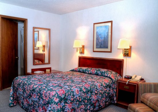 Highland Manor Inn & Conference Center: One Queen Bed with Balcony, Upstairs