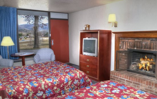 Highland Manor Inn & Conference Center: Two Queen Beds and Fireplace