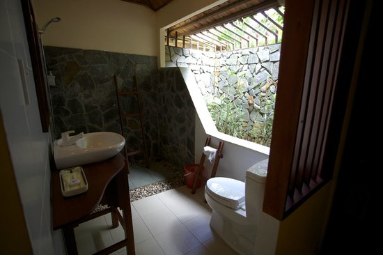 Thanh Kieu Beach Resort : The sea view bungalow bathroom