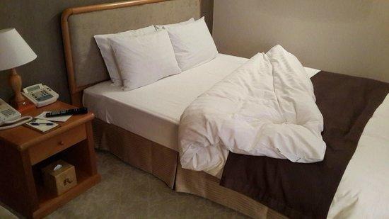 Hotel Riviera Seoul: Двуспальная кровать в одноместном номере
