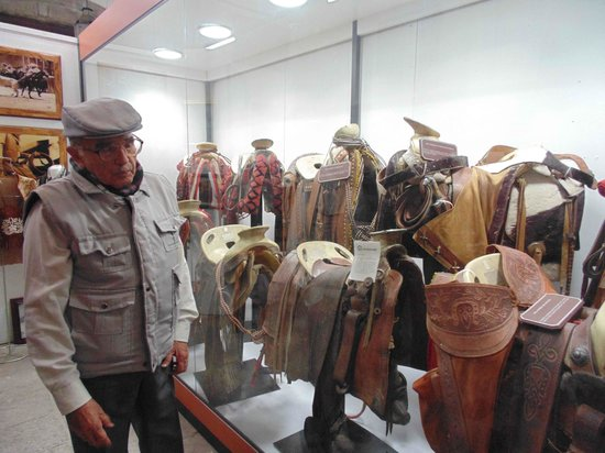 Museo de la Charrería: Our tour guide and a few of the saddles