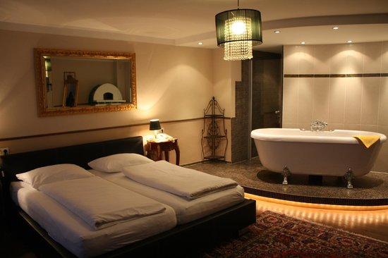 Altstadthotel Kasererbraeu: Bedroom/shower/tub.  Bathroom with toilet/sink is in another spot.