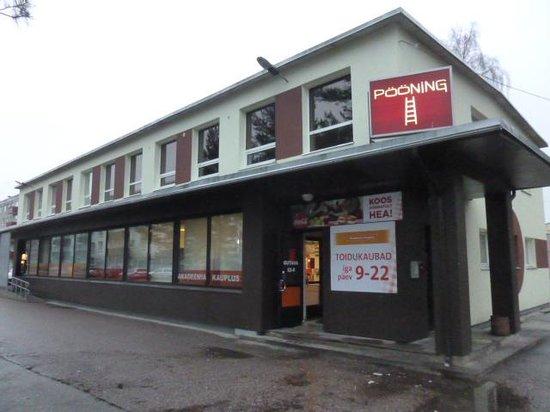 Academic Hostel: 斜め向かいのスーパー