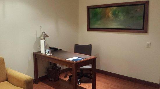 Hotel Estelar Windsor House: Zona de trabajo habitación