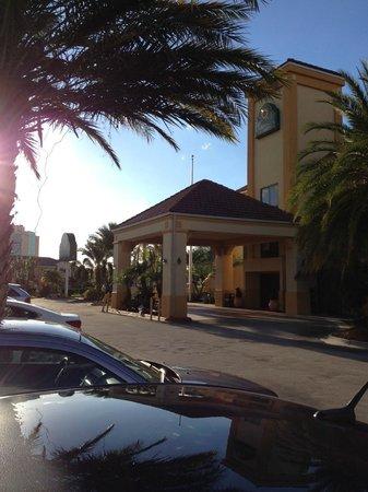 La Quinta Inn Orlando - Universal Studios: Estacionamento e entrada do LQ