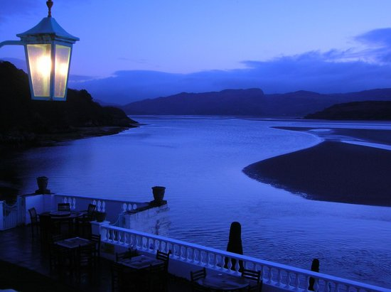 Hotel Portmeirion: Evening view from room