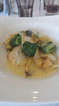 Restaurant La Liegeoise : Filet de daurade cuit à la plancha, langues d'oiseaux, au jus de crustacés et safran