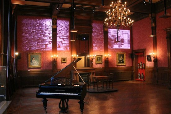 Drents Museum: Large old style room with beamer art