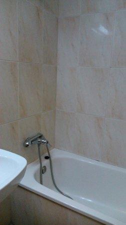 Hotel Pinxo: Ducharse es como una fiesta del agua, ¡todo mojado!