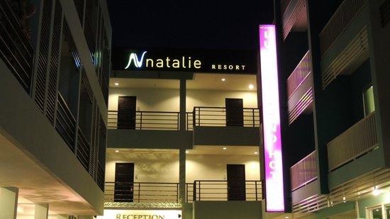 Natalie Resort: вид с улицы  вечером