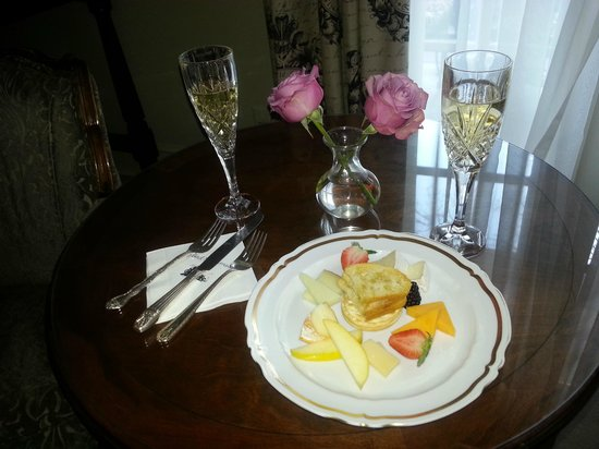 Hotel St. Germain: Complimentary champagne & cheeses