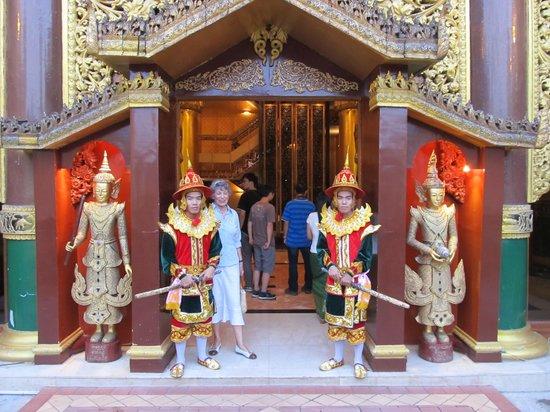 Karaweik Palace : Palace guardians
