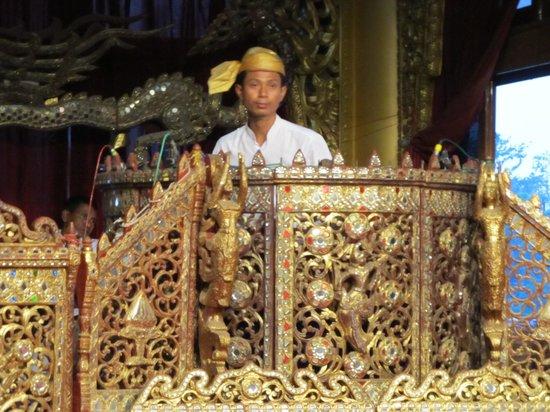 Karaweik Palace : Gamelan orchestra leader