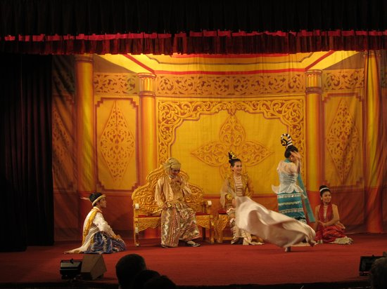Karaweik Palace : Show scene