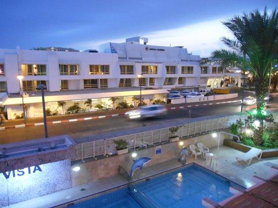 Vista Hotel : Сумерки, вид из окна направо