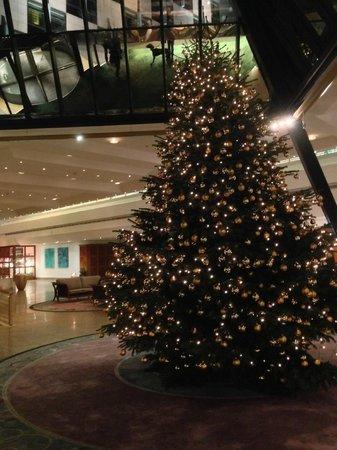InterContinental Berlin: Lobby mit Christbaum