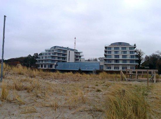 TheGrand Ahrenshoop: Blick vom Strand aufs Hotel