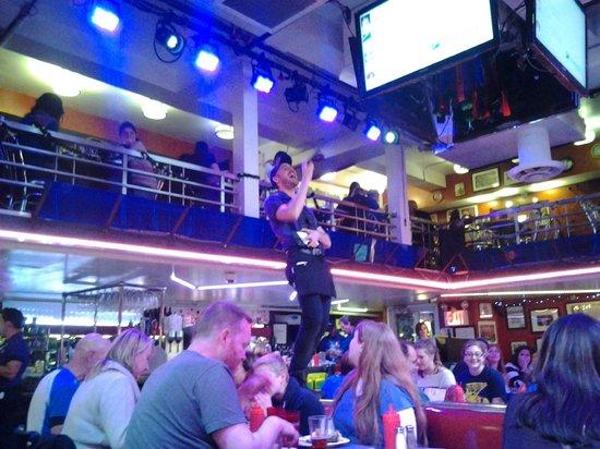 Ellen's Stardust Diner : Nuestro camarero, cantando y con la cuenta en la mano