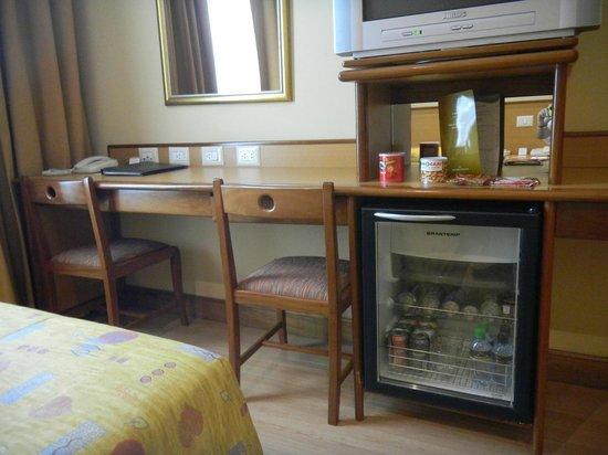 Windsor Astúrias Hotel: TV/Frigidaire