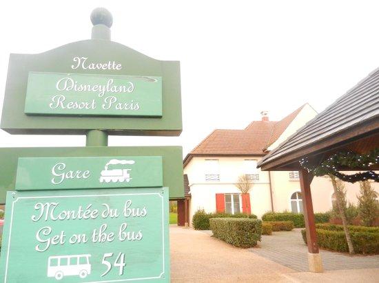 Kyriad À Disneyland Paris : Bus stop shuttlebus