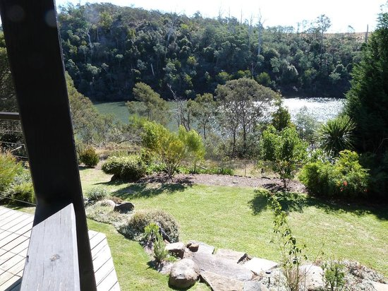 Launceston Bed and Breakfast Retreat: View of the backyard and river