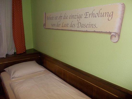 Hotel am Wilhelmsplatz - stanza nr 446 - letto e parete con cartiglio dipinto